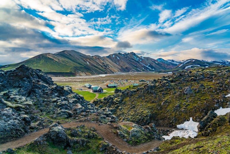 Vista impressionante da montanha bonita com barracas e acampamento fotos de stock