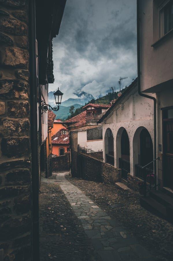 Vista impressionante da rua na cidade velha das Astúrias fotografia de stock royalty free