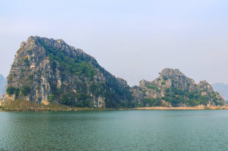 A vista impressionante e original em um vale da pedra calcária foto de stock