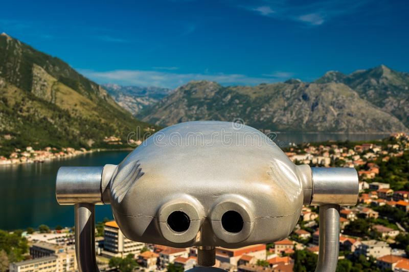 Vista impressionante sobre a baía de Kotor, Montenegro, com um telescópio no primeiro plano imagens de stock royalty free