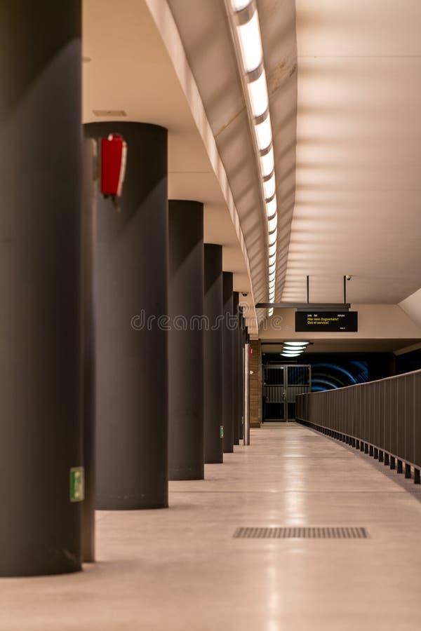 Vista incomum das colunas na plataforma do Tor de Brandenburger da estação subterrânea de Berlim imagens de stock royalty free
