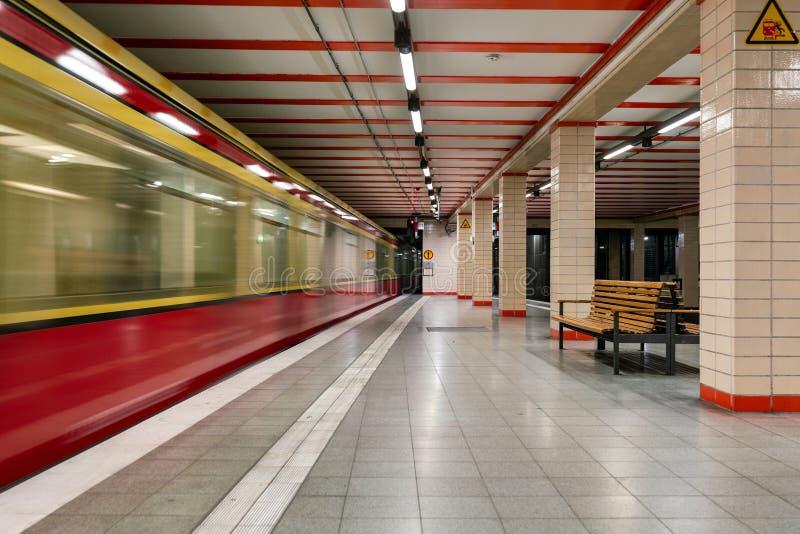 Vista incomum na estação subterrânea de Berlin Nordbahnhof foto de stock