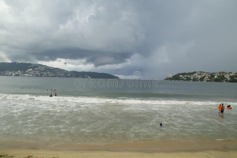 vista incrível, praia da noite em acapulco, vista panorâmica fotos de stock royalty free