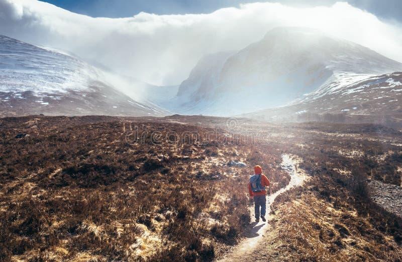 Vista increíble al soporte de Ben Nevis - es la montaña más alta imagenes de archivo