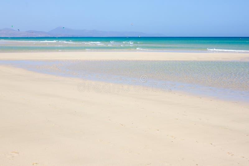 Vista increíble de la playa de Costa Calma, laguna clara azul Playa Barca, Fuerteventura, islas Canarias, España fotografía de archivo libre de regalías