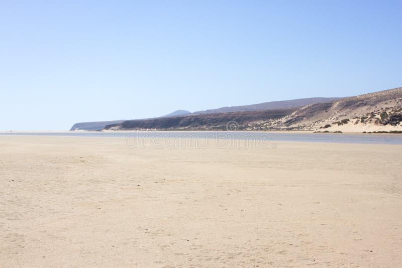 Vista increíble de la playa de Costa Calma, laguna clara azul Playa Barca, Fuerteventura, islas Canarias, España foto de archivo