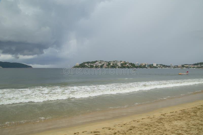 vista incredibile, spiaggia di notte a Acapulco, vista panoramica fotografie stock libere da diritti
