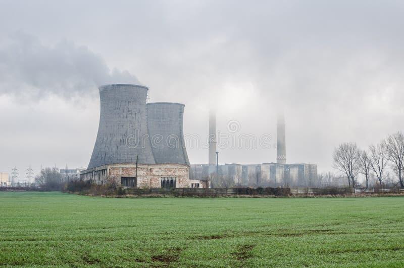 Vista industrial em circunstâncias nevoentas imagem de stock