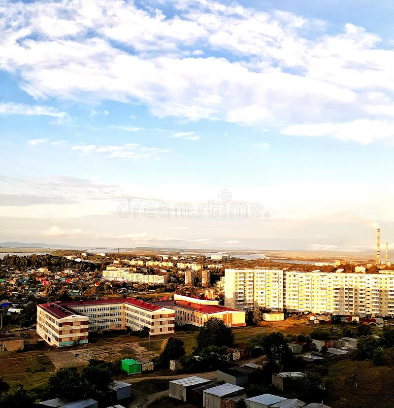 vista industriale del paesaggio dal balcone della città all'alba di un giorno soleggiato di estate fotografia stock libera da diritti