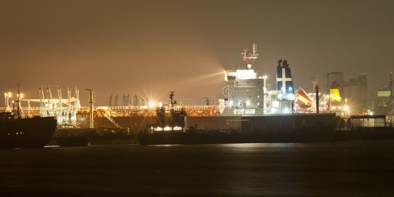 Vista industriale di notte del porto fotografia stock