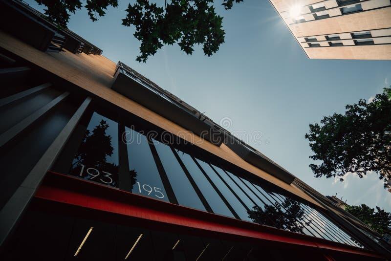 Vista inferior de la entrada residencial de la casa en Barcelona fotos de archivo