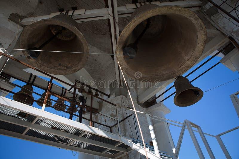 Vista inferior de las campanas de iglesia Opinión del primer de las campanas de iglesia ortodoxa del metal imagen de archivo