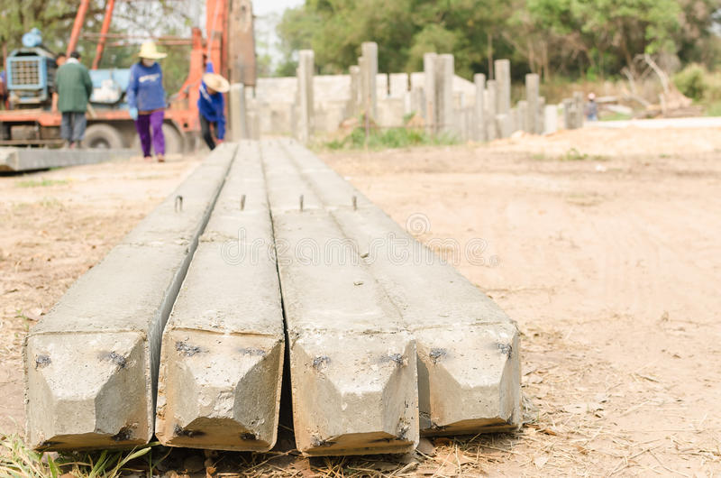 Vista inferior de pilhas do concreto pré-fabricado imagens de stock