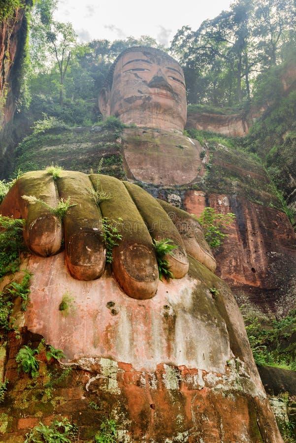 Vista inferior de surpresa da Buda gigante de Leshan em China fotografia de stock