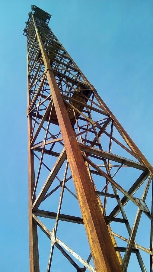 Vista inferior del reflector ferroviario contra un cielo azul imágenes de archivo libres de regalías