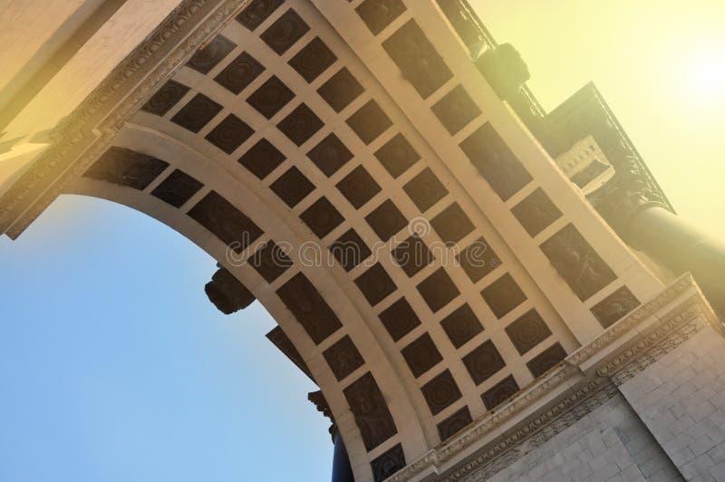 Vista inferior do arco triunfal na avenida de Kutuzov em Moscou fotos de stock royalty free