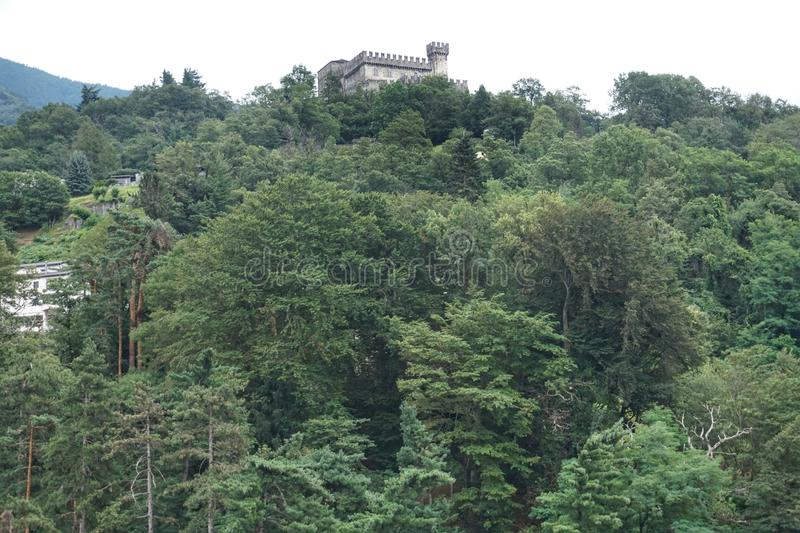 Vista inferior do castelo de Sasso Corbaro na vila de Bellinzona imagens de stock royalty free