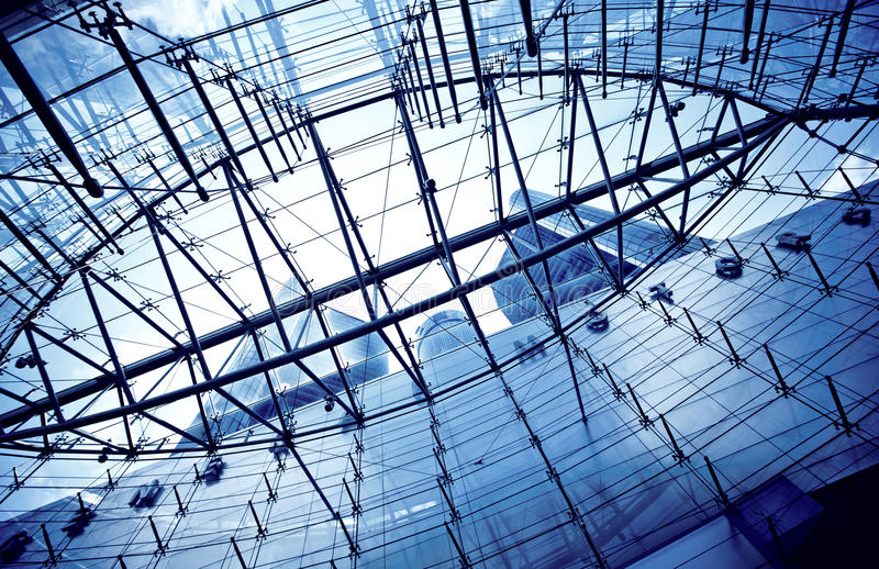 Vista inferior em arranha-céus através do telhado de vidro fotografia de stock