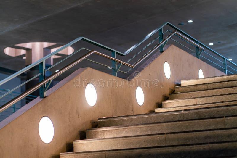 Vista insolita ad un volo delle scale la stazione della metropolitana Bundestag di Berlino immagine stock