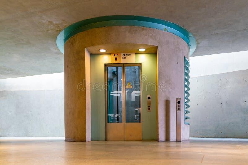 Vista insolita all'elevatore alla stazione della metropolitana Bundestag di Berlino fotografie stock