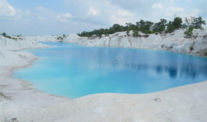 A vista inteira do lago azul kaolin, ilha de Bangka de Indonésia fotos de stock