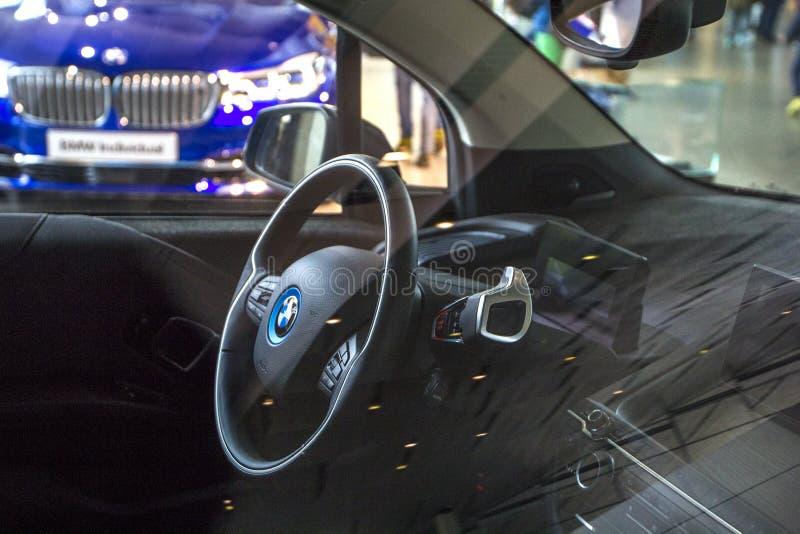 Vista interior BMW bonde i3 na EQUIMOSE de BMW do centro de exposição, vista dianteira, Munich, Alemanha imagem de stock royalty free