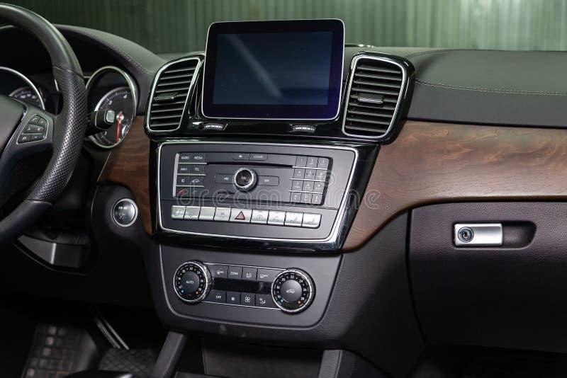 Vista interior com volante, multimédios e painel do carro branco novo muito caro luxuoso de Mercedes-Benz GLS 350d SUV imagem de stock royalty free