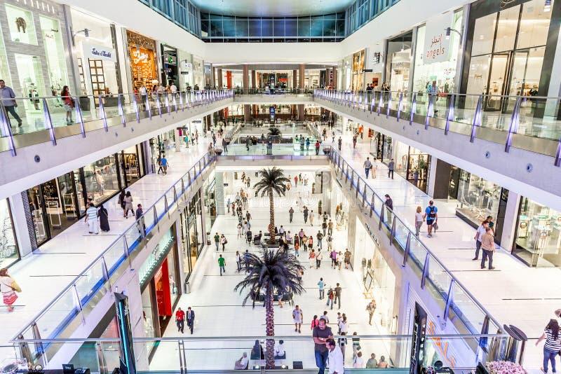 Vista interior da alameda de Dubai - o shopping o maior do mundo imagem de stock royalty free