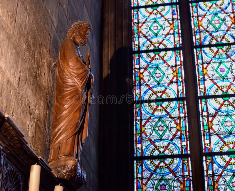 Vista interior da catedral de Notre-Dame, catedral católica histórica considerada ser um dos exemplos os mais finos de gótico fra imagens de stock