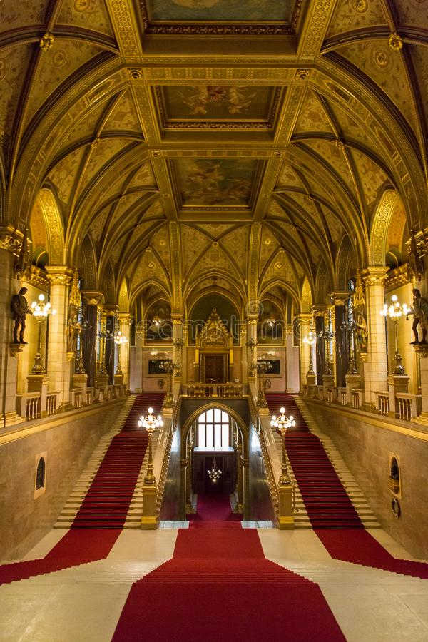 Vista interior da escadaria principal da construção húngara do parlamento em Budapest Hungria imagem de stock royalty free