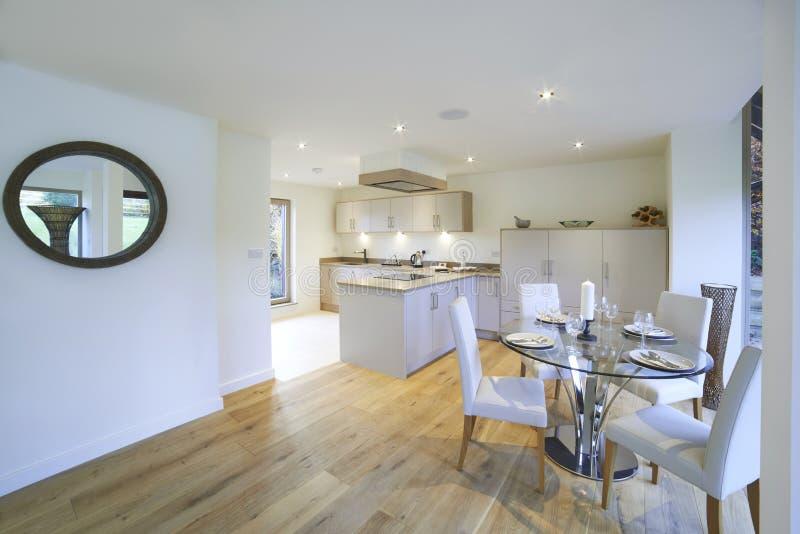 Vista interior da sala de jantar e da cozinha luxuosas bonitas imagem de stock royalty free
