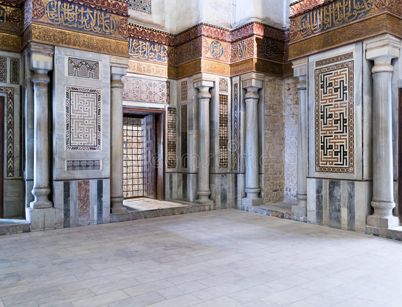 Vista interior das paredes de mármore decoradas que cercam o cenotáfio no mausoléu de Sultan Qalawun foto de stock royalty free