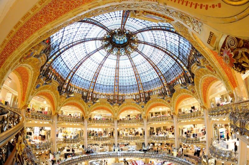 Vista interior de Galeries Lafayette famosos con su soporte Chanel de la marca fotografía de archivo