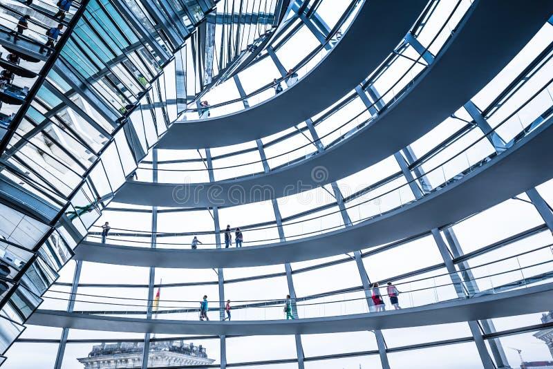 Vista interior de la bóveda famosa de Reichstag en Berlín, Alemania imágenes de archivo libres de regalías