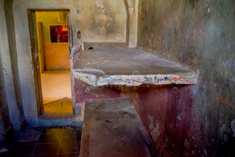 Vista interior de la cama empedrada en el cuarto de los prisioners, en la prisión vieja García penal Moreno en la ciudad de Quito fotos de archivo