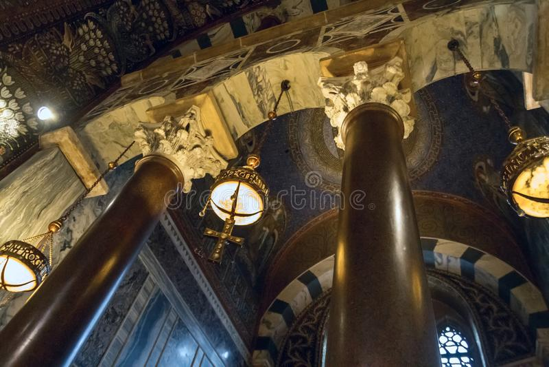 Vista interior de la capilla de Charlemagne Aachen Cathedral con arquitectura bizantina foto de archivo libre de regalías