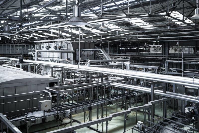 Vista interior de la fábrica de las bebidas imagenes de archivo