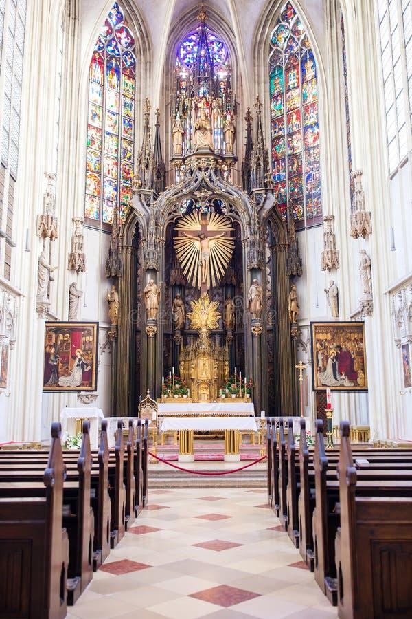 Vista interior de la iglesia de Maria Gestade en Viena foto de archivo