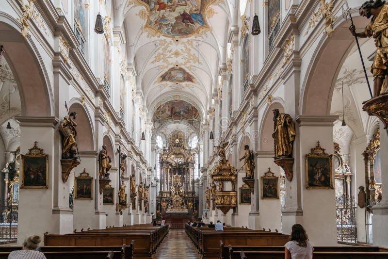 Vista interior de la iglesia de San Pedro adentro en centro de ciudad histórico imágenes de archivo libres de regalías
