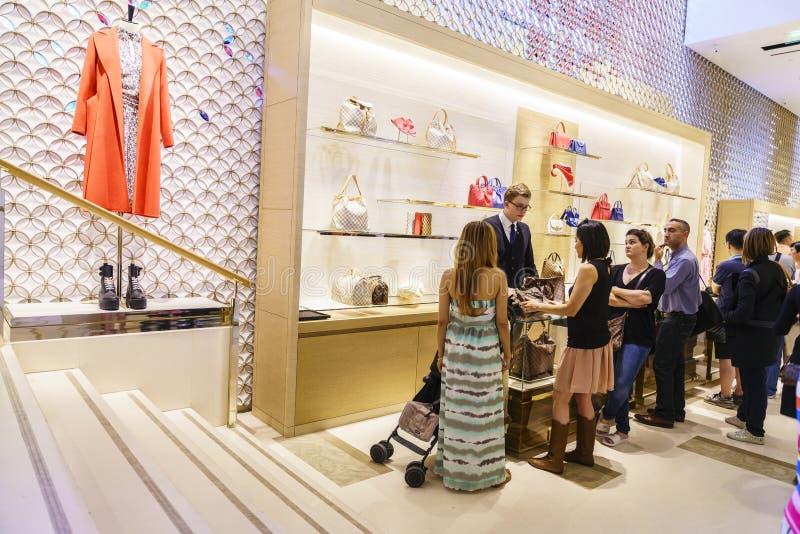 Vista interior de la tienda Louis Vuitton imagenes de archivo