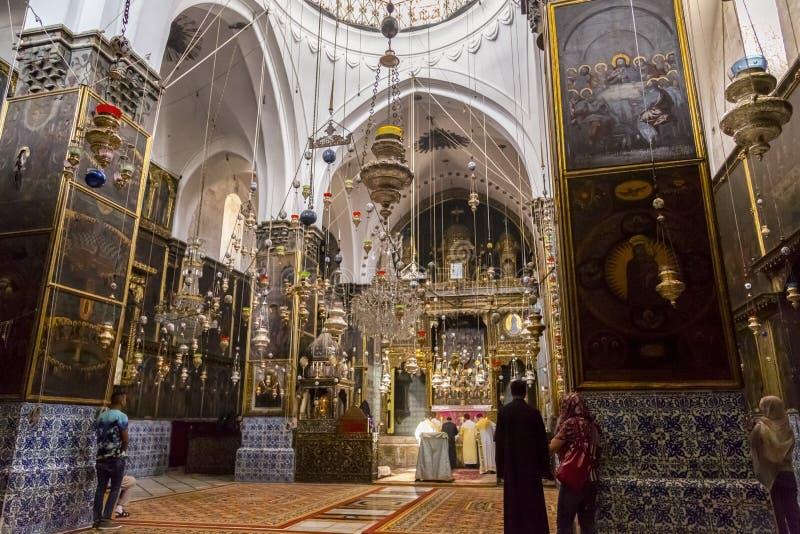 Vista interior de St James Armenian Orthodox Cathedral durante um servi?o no Jerusal?m fotos de stock royalty free