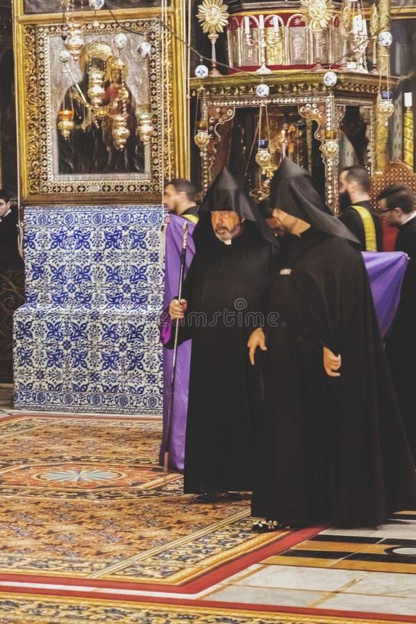Vista interior de St James Armenian Orthodox Cathedral durante um servi?o no Jerusal?m fotografia de stock royalty free
