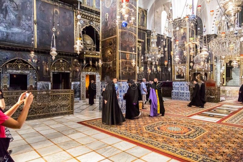 Vista interior de St James Armenian Orthodox Cathedral durante um servi?o no Jerusal?m imagem de stock royalty free