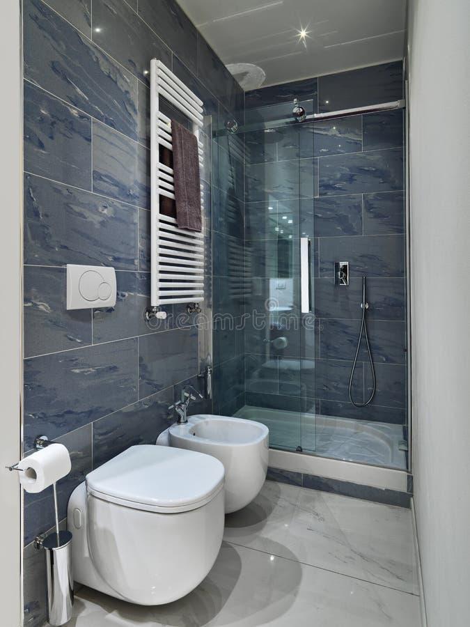 Vista interior de um banheiro moderno foto de stock royalty free