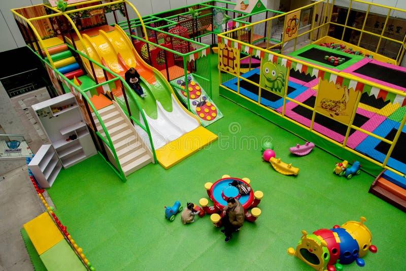 Vista interior de um campo de jogos das crianças imagens de stock royalty free