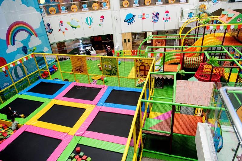 Vista interior de um campo de jogos das crianças fotos de stock