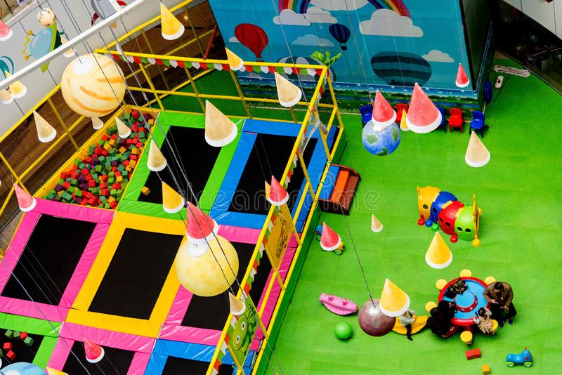 Vista interior de um campo de jogos das crianças fotos de stock royalty free