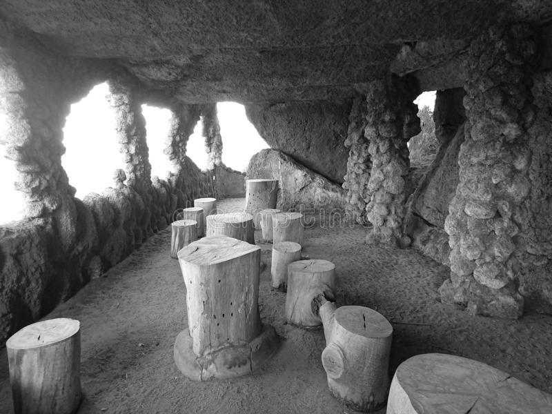 A vista interior de uma caverna imagens de stock royalty free