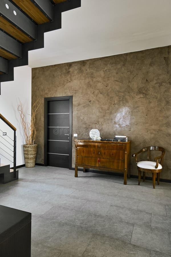 Vista interior de uma sala de visitas clássica cujo o assoalho seja feito das telhas de pedra imagens de stock