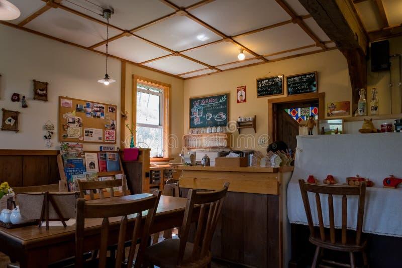 Vista interior de un café acogedor tradicional fotografía de archivo libre de regalías